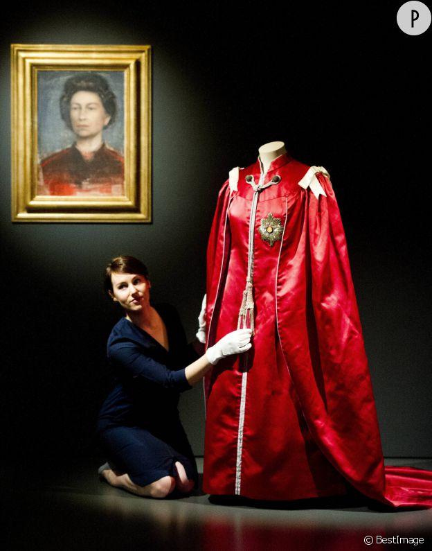 Elizabeth II porte une cape lors de la cérémonie de remise de l'Ordre de l'Empire Britannique.