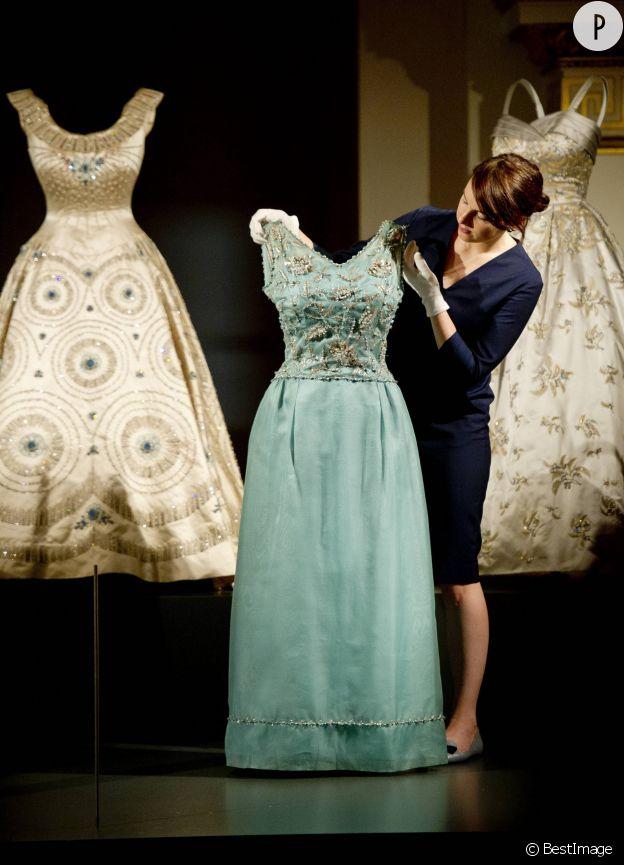 La robe en soie brodée d'argent signée Hardy Amies portée par la reine en 1968.