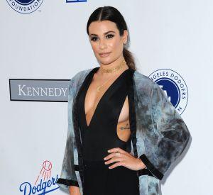 Lea Michele accorde son body à un mini short noir et un long cardigan aux teintes noires et bleues.