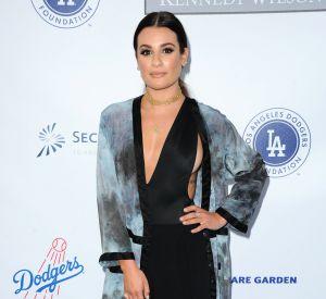 Lea Michele illumine son regard avec un fard à paupillères foncé et d'un coup de mascara.