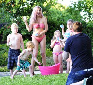 Tori Spelling et ses enfants prennent la pose pour que leur père immortalise le moment.
