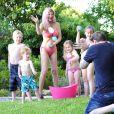 Tori Spelling  savoure le bonheur d'être une mère au foyer en dévoilant sa silhouette de guêpe.