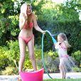 Tori Spelling ose le bikini rose la rendant plus sexy que jamais !