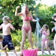 Accompagnée de ses enfants, Tori Spelling semble s'amuser avec cette bataille d'eau.