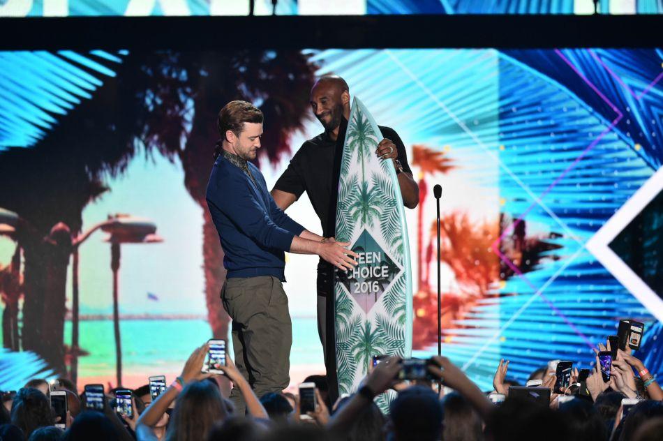 Son prix lui a été remis par la star de la NBA, Kobe Bryant.