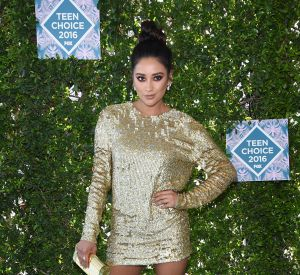 Shay Mitchell a opté pour un total look gold.