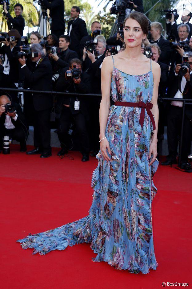 En robe fluide Gucci, Charlotte Casiraghi assure le show.