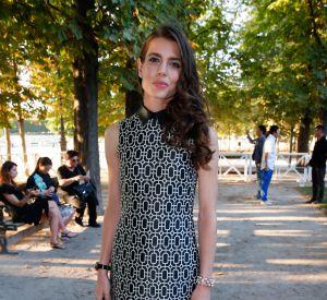 Charlotte Casiraghi opte pour une robe cintrée très chic.
