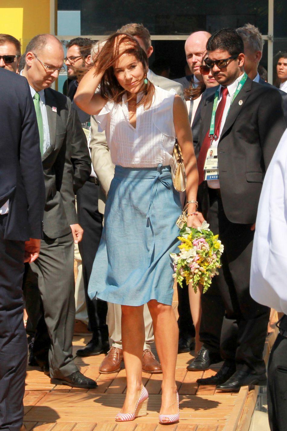 Mary de Danemark ose la petite jupe en jean très féminine pour sa venur à Rio.