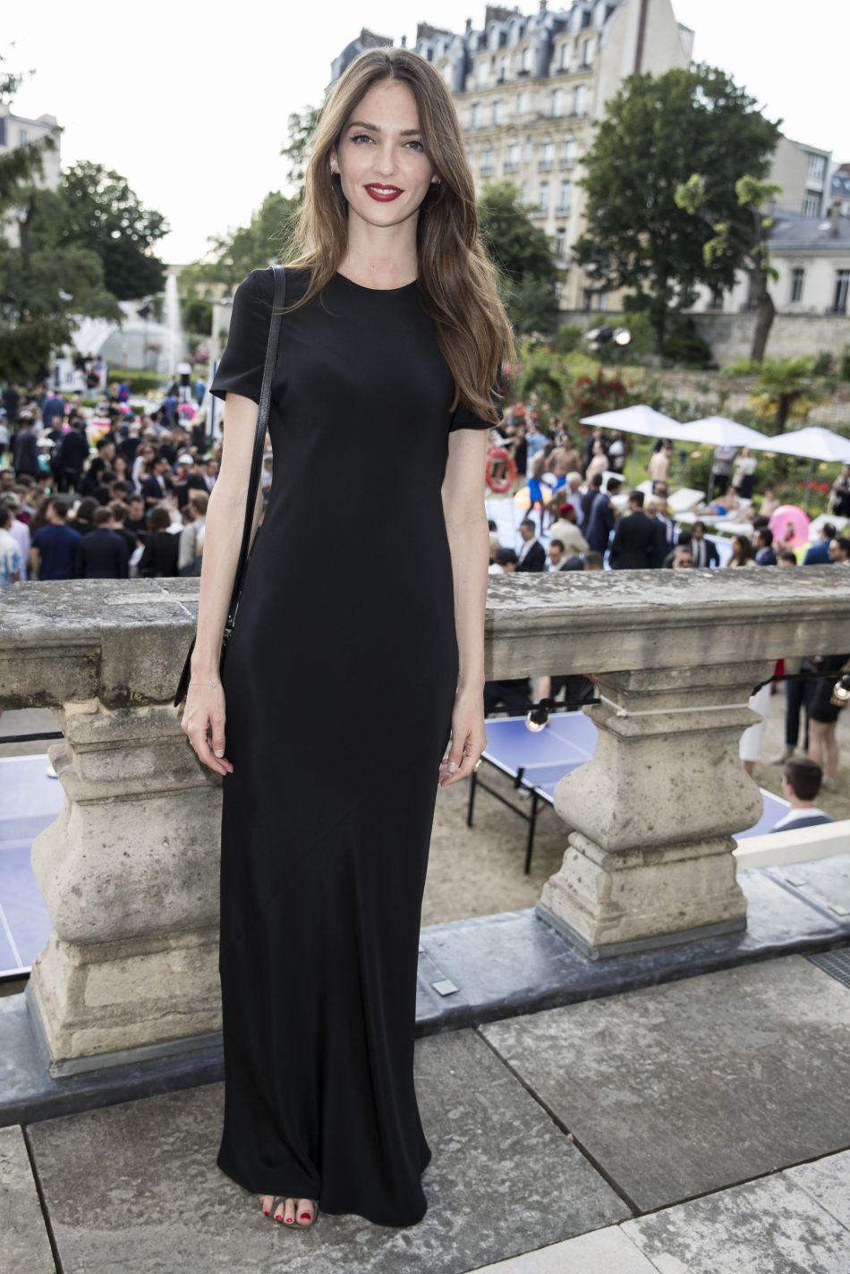 Annabelle Waters Belmondo a accessoirisé sa tenue avec un make up simple mais glamour.