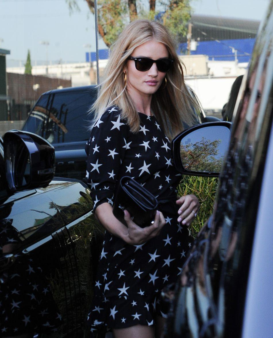 Rosie Huntington-Whiteley porte facilement la robe aux motifs étoilés dans les rues de Los Angeles.