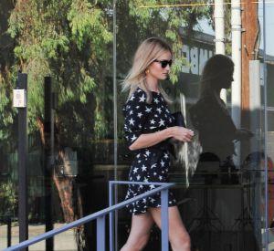 Rosie Huntington-Whiteley abrore un look décontracté avec sa petite robe !