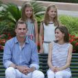 Le roi Felipe VI, la reine Letizia et leurs filles la princesse Leonor et l'infante Sofia d'Espagne posent dans les jardins du palais Marivent à Palma de Majorque le 4 août 2016. Le palais Marivent est la résidence d'été de la famille royale.  Spanish King Felipe VI and Queen Letizia with Princess Leonor and Infant Sofia de Borbon during a summer photo session at their residence Marivent Palace, Mallorca, on Thursday 4th August, 2016.04/08/2016 - Palma de Mallorca