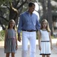 Le roi Felipe avec la reine Letizia et leurs filles les princesses Leonore et Sofia, posent dans les jardins de la résidence d'été de la famille royale, le palais Marivent. Palma de Majorque, le 4 août 2016.  King Felipe and Queen Letizia with their daughters Princess Leonore and Princess Sofia in the garden of the royal family summer residence, the Marivent palace. Palma de Mallorca, August 4th, 2016.04/08/2016 - Palma de Majorque