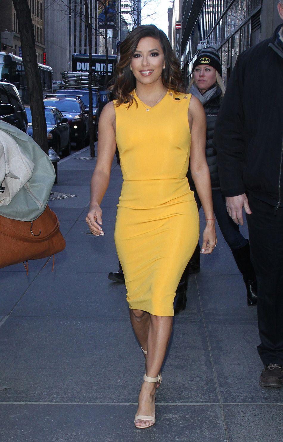 7d00936ef8e La robe jaune et cintrée d  039 Eva Longoria est particulièrement élégante.