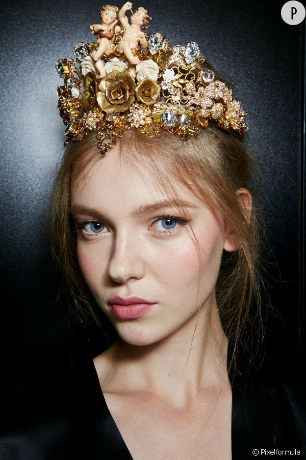 Le maquillage discret et glamour d'une mannequin blonde sur le show Dolce & Gabbana.