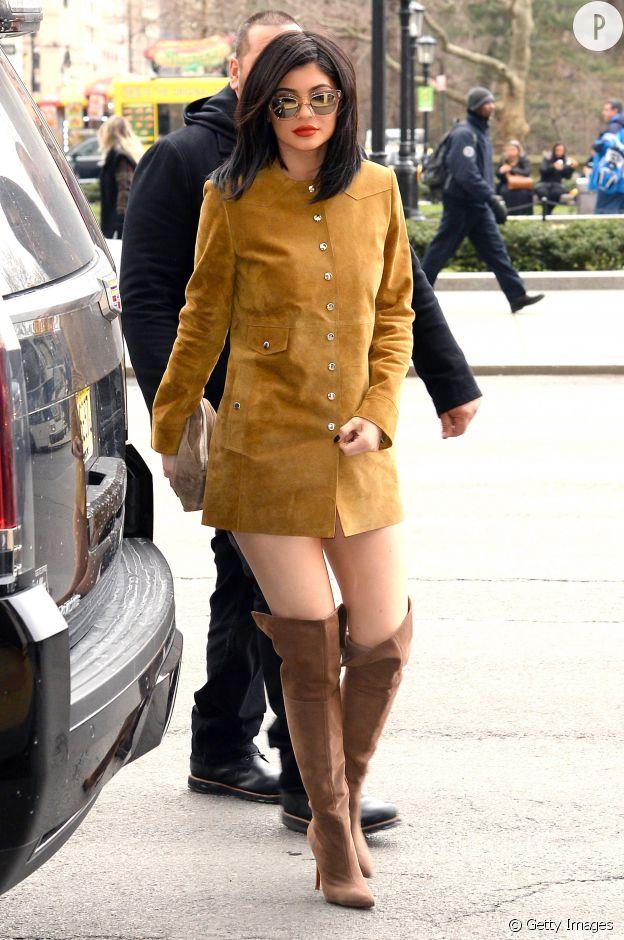 Robe en daim et cuissardes sont le parfait combo sexy pour ce look d'automne de Kylie.