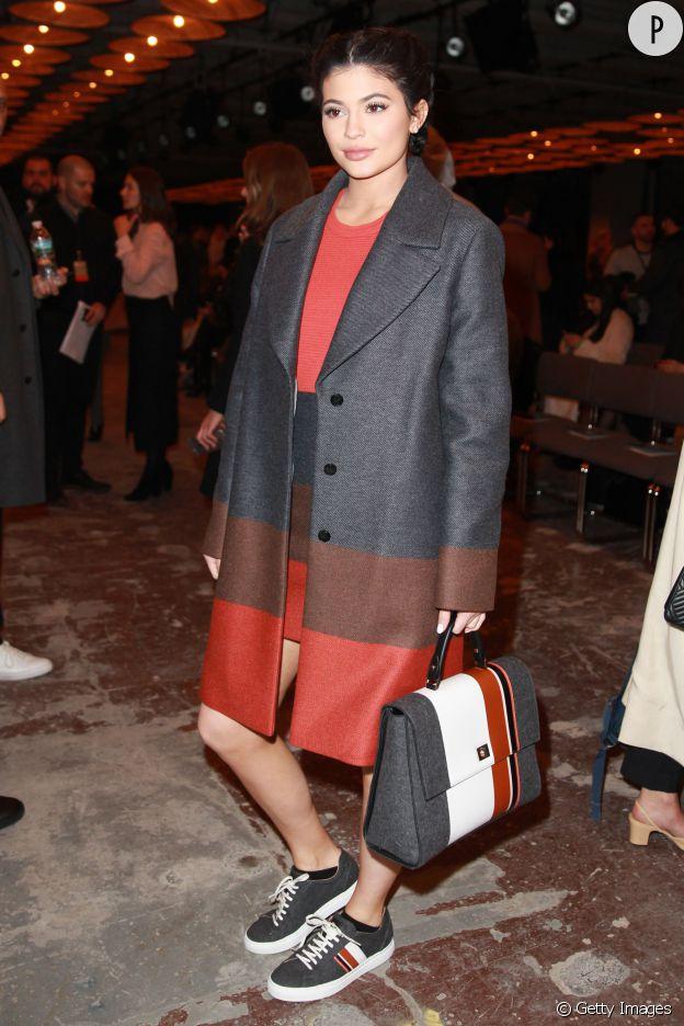 Un manteau chic et un it-bag, il n'en fallait pas plus à Kylie pour être au top.