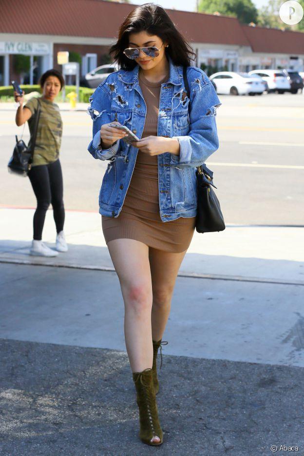 La veste en jean en guise d'accessoire du cool pour Kylie Jenner.