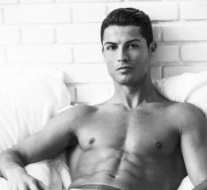 Cristiano Ronaldo dévoille ses abdos pour promouvoir sa marque de sous-vêtements.