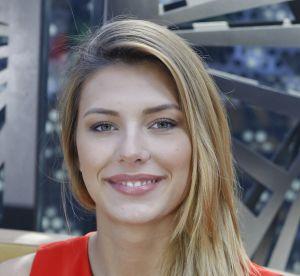 Camille Cerf : au naturel, elle pose simplement en chemise blanche en vacances