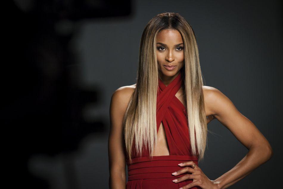 Cheveux lissés et moue boudeuse, Ciara sait jouer de son sex appeal.