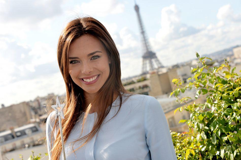 La jeune femme a fait sensation aux côtés de Camille Cerf, Miss France 2015.