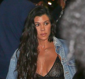 Kourtney Kardashian : seins nus et body en dentelle au concert de Kanye West