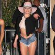 Lady Gaga fait encore le buzz en dévoilant ses fesses.