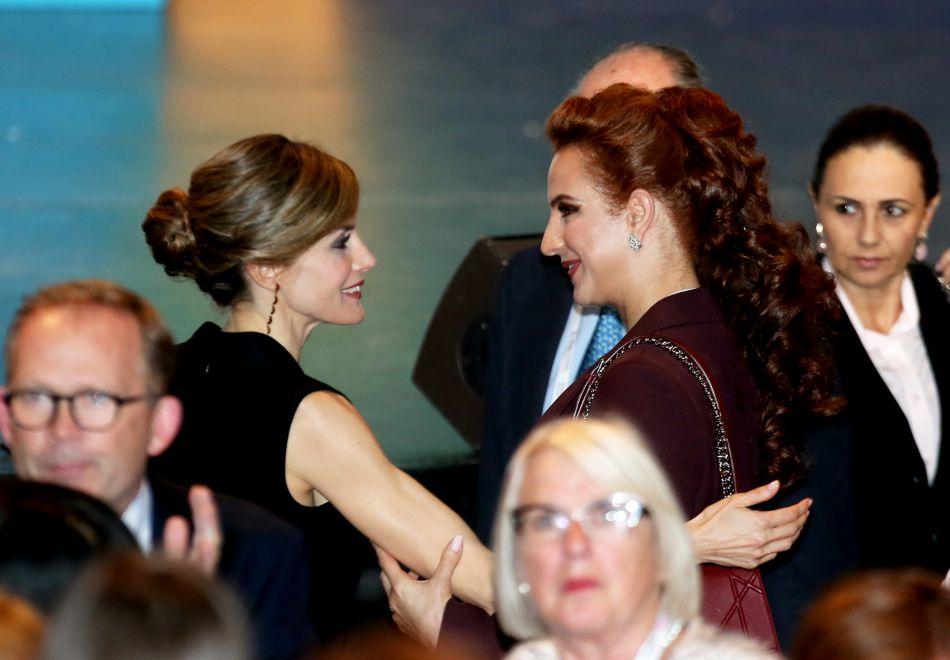 La tête couronnée a aussi échangé quelques mots avec la princesse Lalla Salma du Maroc.