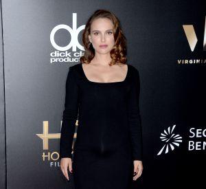 Natalie Portman porte une robe The Row et des sandales Jimmy Choo.