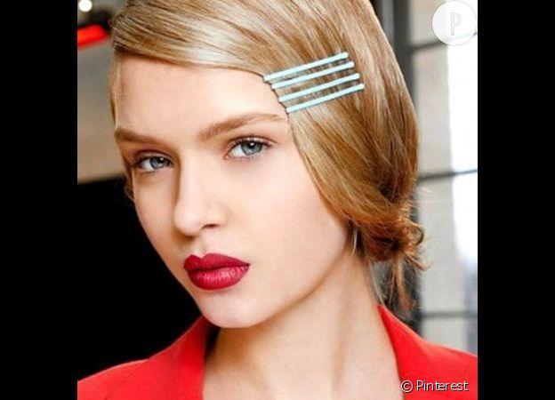 Avec quelques bobby pins colorées on donne de l'allure à notre coiffure.