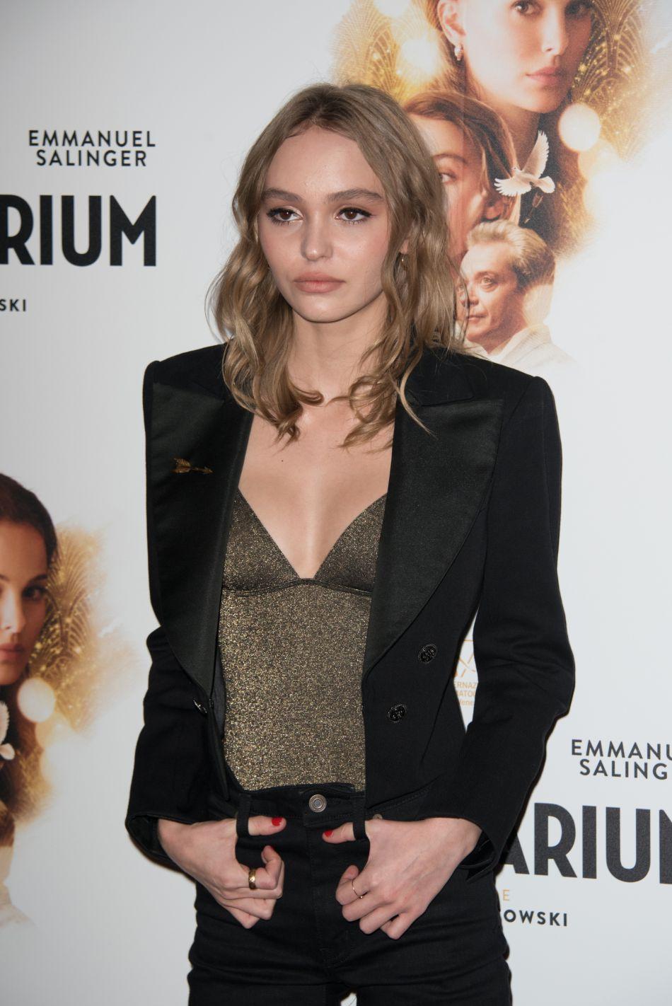 """Lily-Rose Depp prend la pose pour l'avant-première du film """"Planetarium""""."""