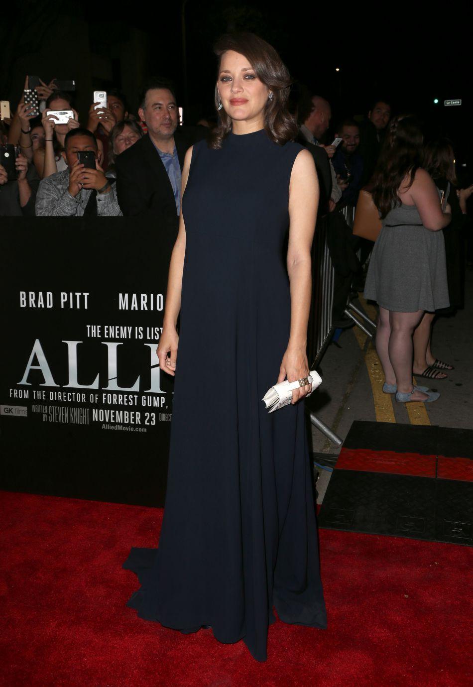 L'égerie Dior portait pour l'occasion une longue robe bleu nuit.