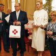 Pour l'occasion, la princesse Charlène porte une tenue aux couleurs de la Croix-Rouge.