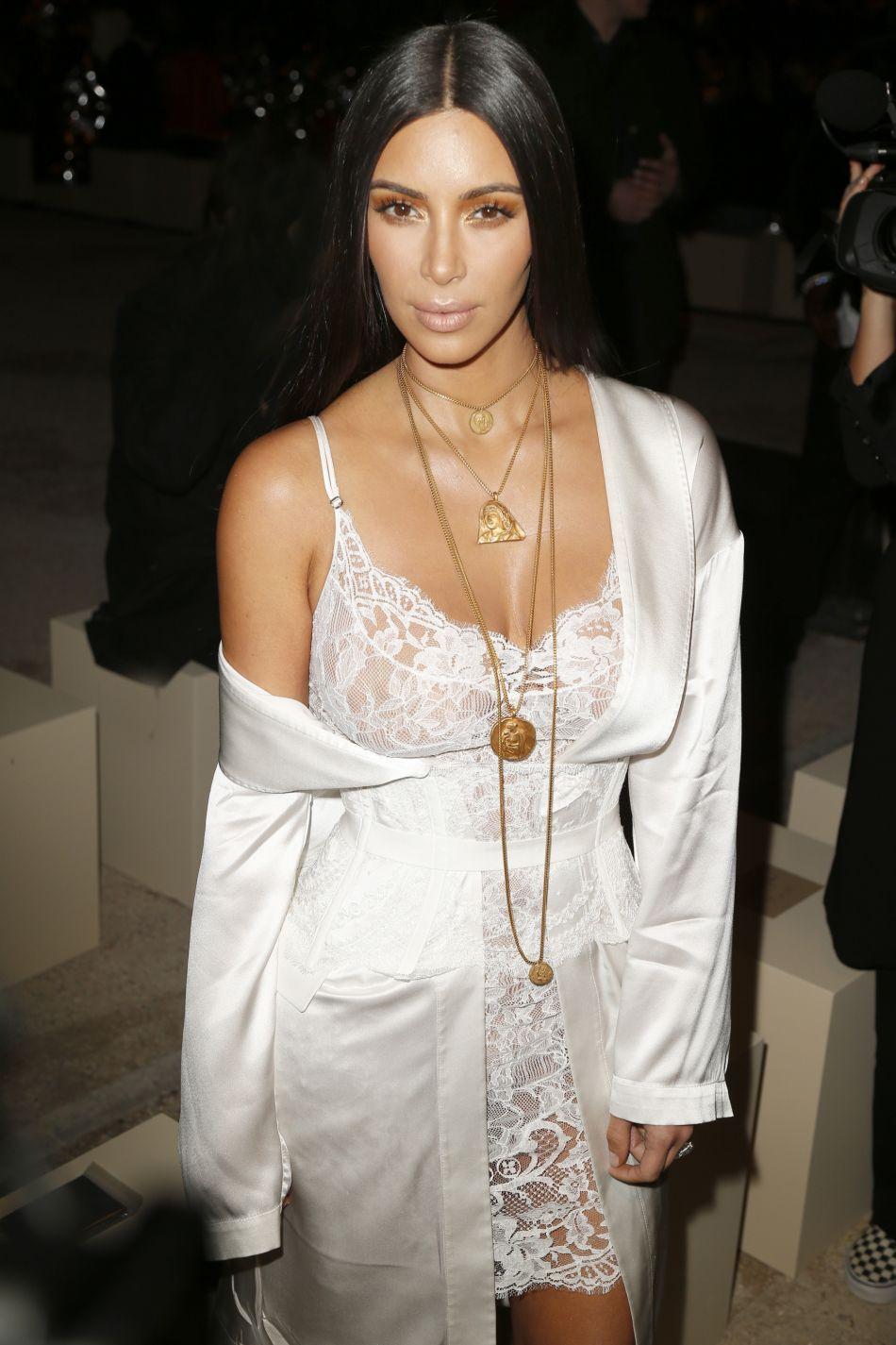 Kim Kardashian aperçue sur les réseaux sociaux de ses soeurs pour Noël.