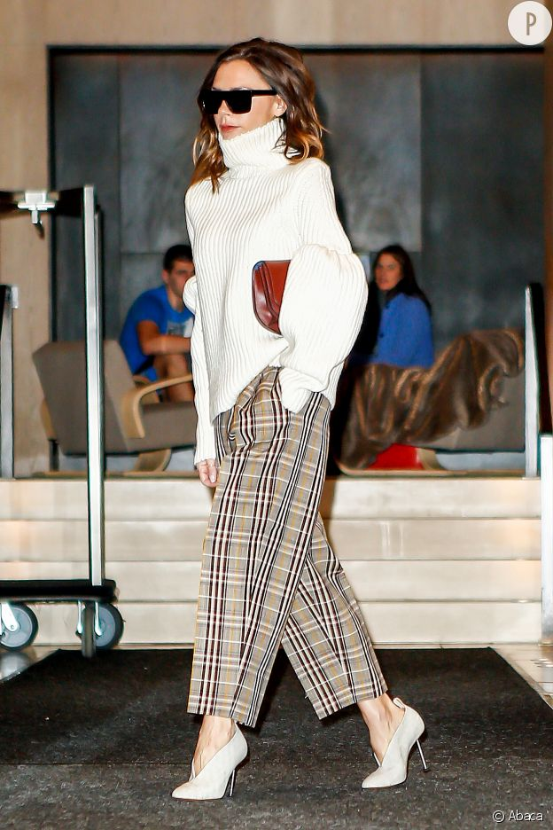Pantalon + pull en maille blanc : le bon combo.