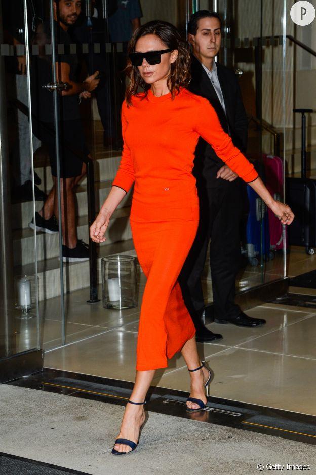 Une robe fluo, cela n'effrait pas Victoria Beckham.