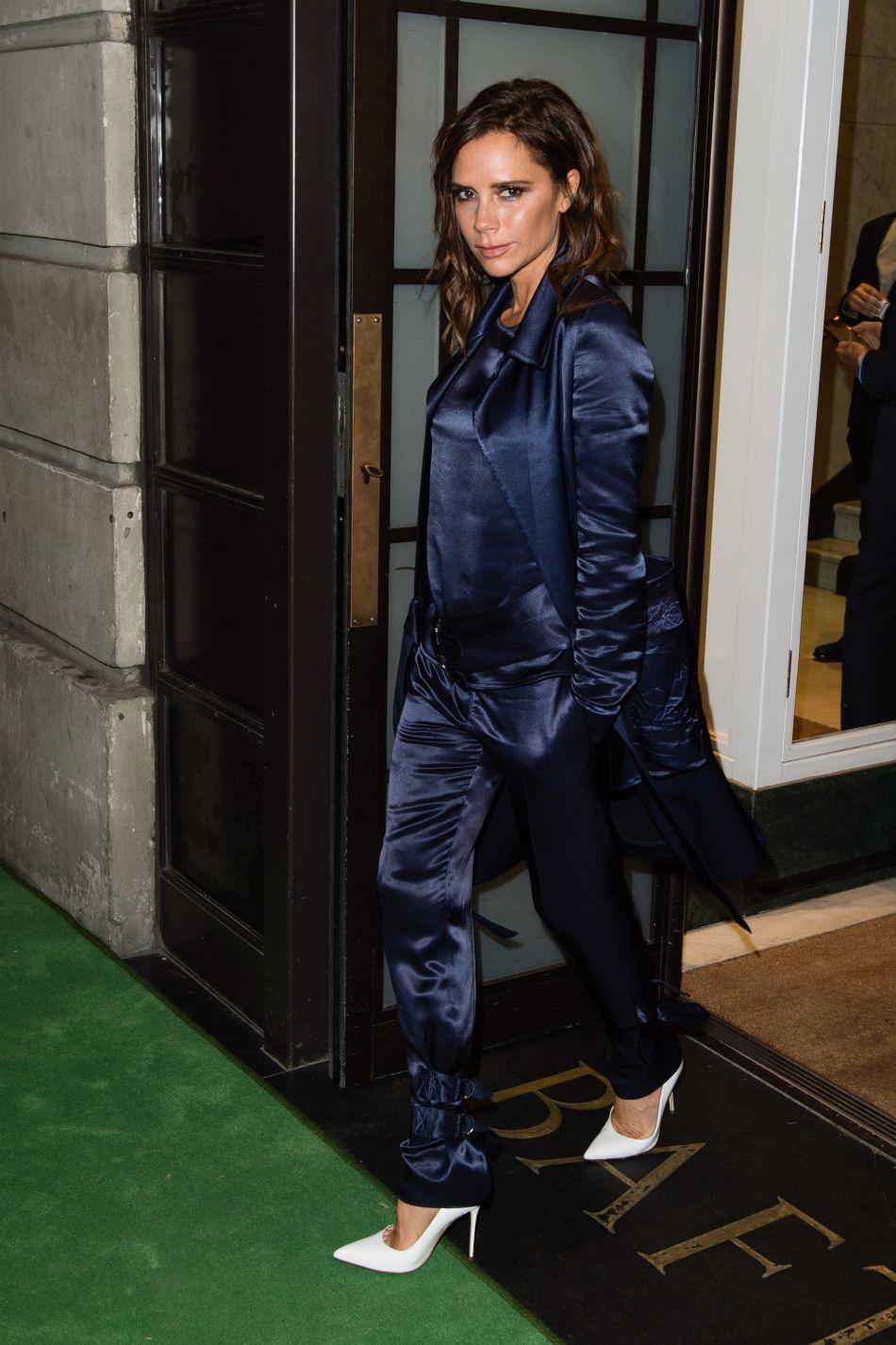 Le look pyjama en satin, on adore sur Victoria Beckham.