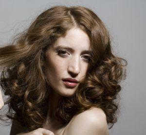 Cheveux bouclés : 3 astuces insolites pour de belles boucles naturelles
