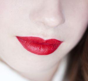 Le bon matériel pour adopter une bouche rouge glamour