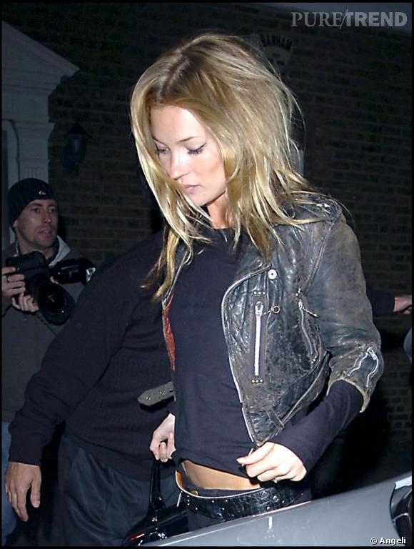 Kate Moss, une top rock, avec un mini perfecto tâné par le temps.