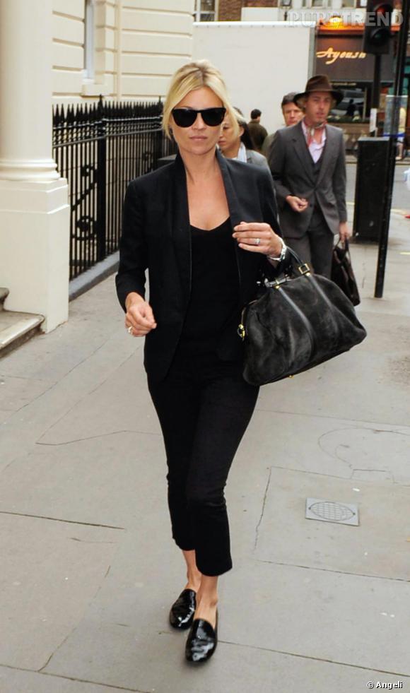 [people=1963]Kate Moss[/people] ne quitte plus son sac Sofia Coppola pour [brand=4294719279]Louis Vuitton[/brand]. Ici porté avec un total look noir et le must de la saison, des mocassins vernis [brand=1549]Repetto[/brand].