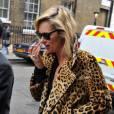 Le manteau en fourrure imprimé léopard, un classique que Kate a  [article=33101] emprunté à Brigitte Bardot [/article] . Il habille le top dès que le thermomètre baisse.