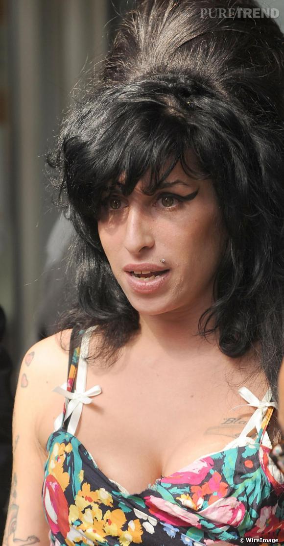 La très trash chanteuse Amy Winehouse connue pour son imposant chignon en guise de coiffure elle choisit d'adopter une frange asymétrique.