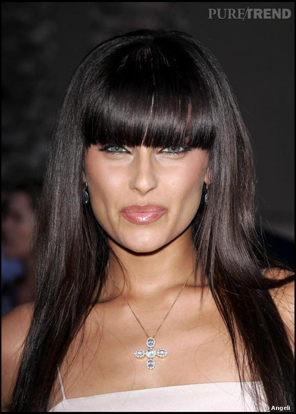 Pour son grand come-back dans la musique, Nelly Furtado opte pour un look de vamp et choisit d'arborer une frange pour se moderniser