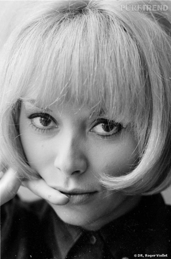 En 1960, Mireille Darc fait ses premiers pas au cinéma. Elle apparaît avec une frange qu'elle ne quittera jamais.