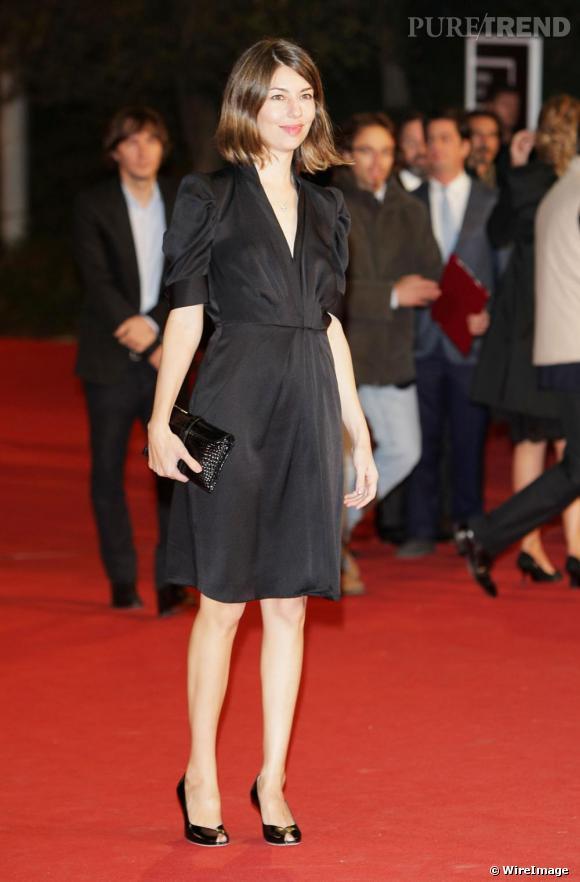 La petite robe noire prend des airs rétro, avec ces manches ballons, au style années 40.