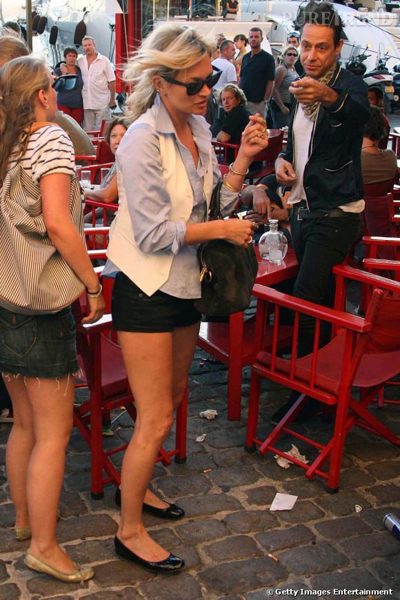 La  [people=1963] brindille [/people]  au  Sénéquier , l'un des restaurants les plus célèbres du port de St Tropez, ne quitte pas son mini short noir. Chemise d'homme bleu ciel et veston crème, Kate Moss ne sort plus sans son sac Sofia Coppola pour  [brand=4294719279] Louis Vuitton [/brand]  et ses ballerines  [brand=4294924650] Marni [/brand] .