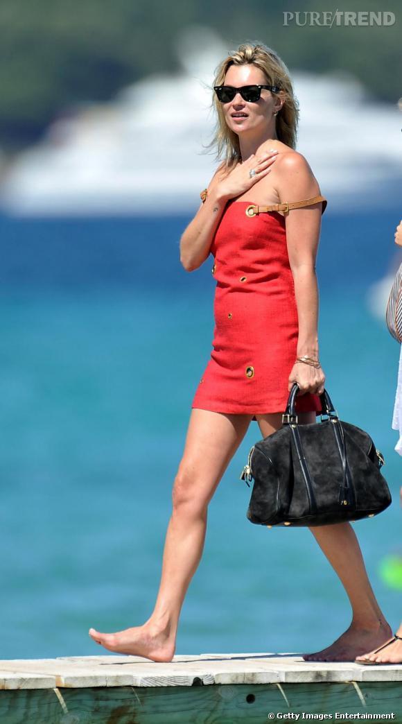 Kate Moss ose les couleurs flashy avec cette robe rouge à bretelles de cuir. Cheveux au vent, pieds nus, la belle a opté pour une paire de Wayfarer de [brand=4294959755]Ray Ban[/brand], et un sac [brand=4294719279]Louis Vuitton[/brand] pour seuls accessoires.